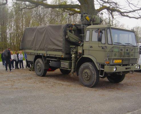 Legervoertuig bij een dropping tijdens een schoolkamp in de Ardennen