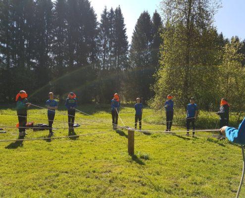 Spelletjes doen tijdens een survivalkamp in de Ardennen