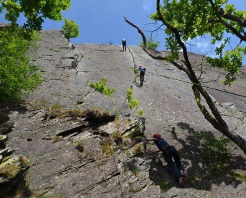 Rotswand klimmen tijdens een survivalkamp in de Ardennen
