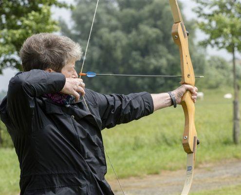 Activiteit handboogschieten tijdens een uitje in Gelderland