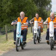 Enthousiaste senioren op elektrische scooters in Gelderland
