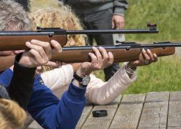 Luchtbuks schieten één van de activiteiten tijdens een uitje in Gelderland