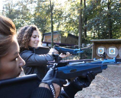 Actviteit kruisboogschieten tijdens een groepsuitje in Gelderland