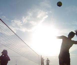 Beachvolleybal tijdens een bedrijfsuitje in Gelderland
