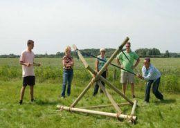 Teamkamp onderdeel 'katapult bouwen' in Gelderland