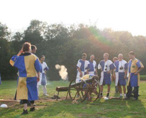 Kanonnenspel tijdens het middeleeuws teamkamp in Gelderland