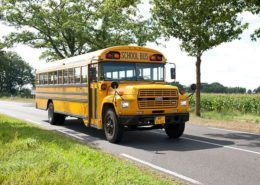 Old-timer schoolbus voor een bedrijfsuitje